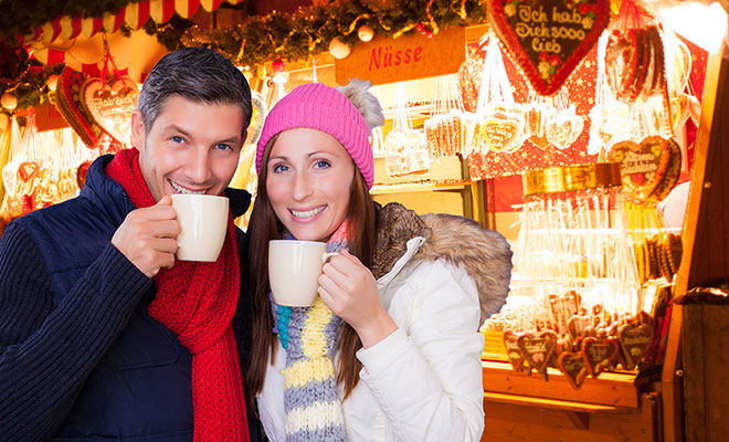 couple-drinking-hot-chocolate