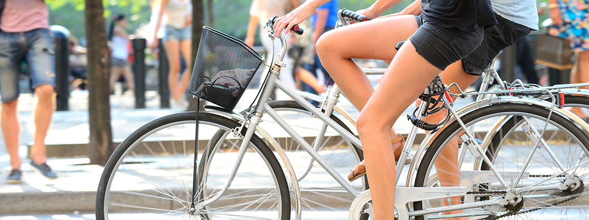 women-riding-cruiser-bikes-in-city