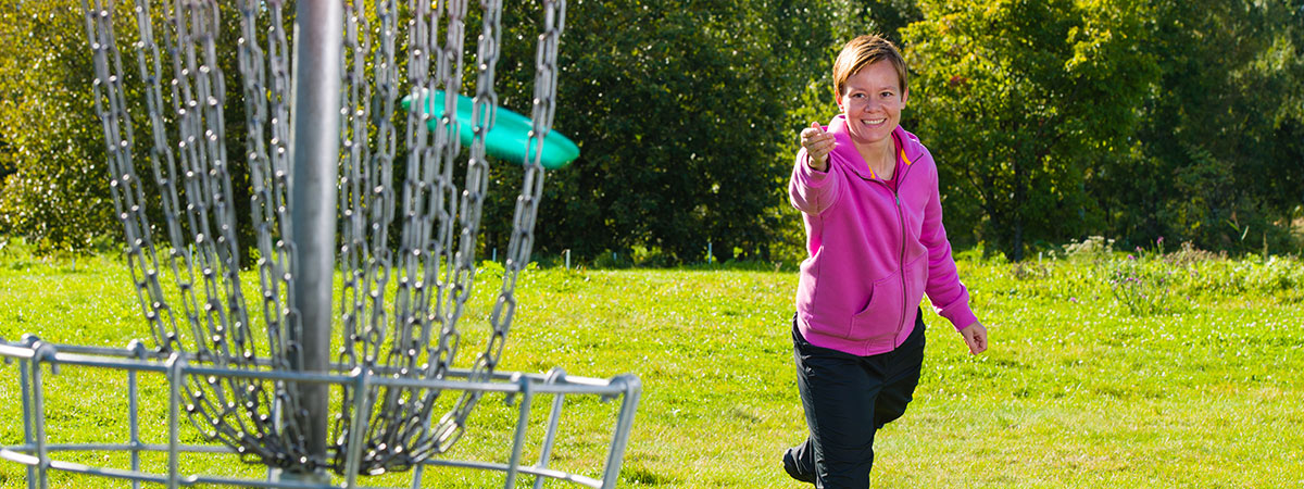 girl-playing-disc-golf